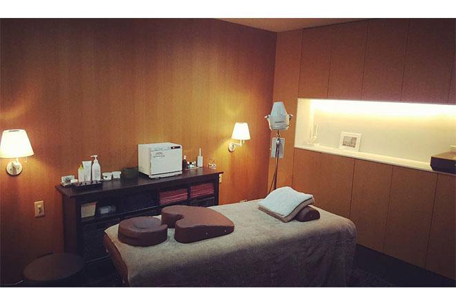 アキュパ鍼灸院(Acu-pa) 温かなダウンライトでリラックスできる施術台