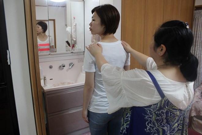 オルオル(Chiropractic&Lympa Salon OluOlu) 鏡の前で骨格チェック