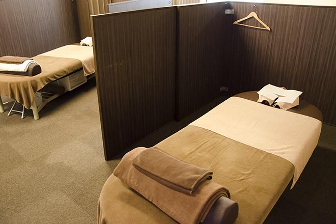 ほぐしやさん 立川北口駅前店 茶色を基調とした、清潔感のある施術スペース