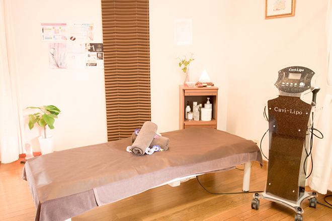 ラニ ブラウン系で統一された落ち着いた雰囲気の施術室