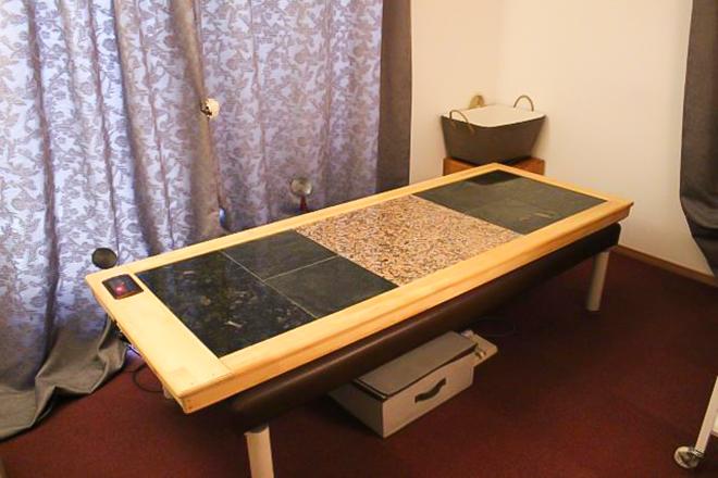 施術台は天然石を使用し、岩盤浴ができます