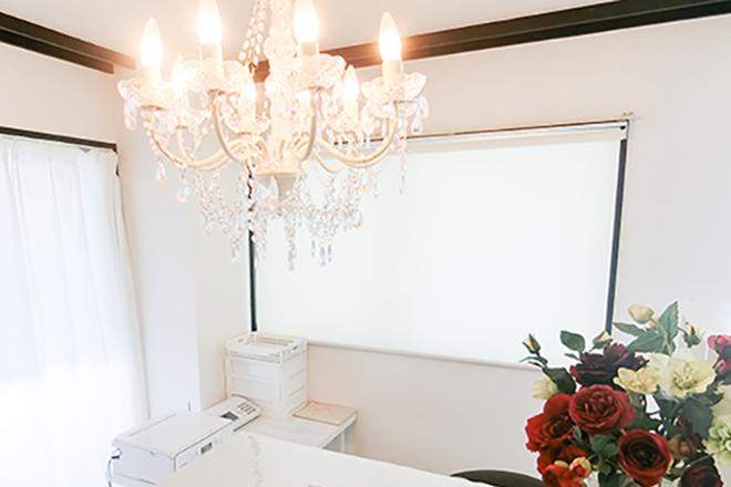 beauty salon MOAGE 白で統一された清潔感ある空間