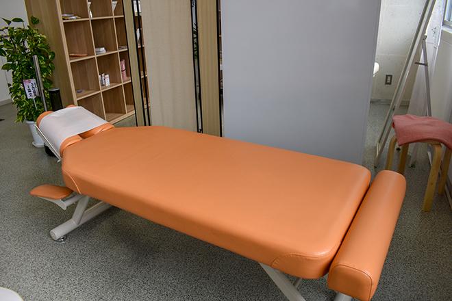 杏 リラックスできるベッドでボキボキしない施術を