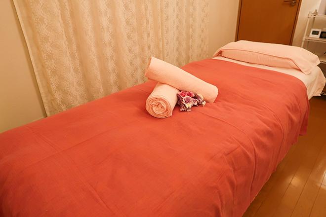 アリス(小顔専門サロン alice) 落ち着いた風合いのベッドで施術いたします