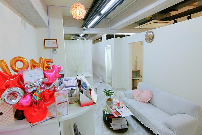 ディオーネ 神戸元町トアロード店(Dione) 白を基調とした清潔感のある店内