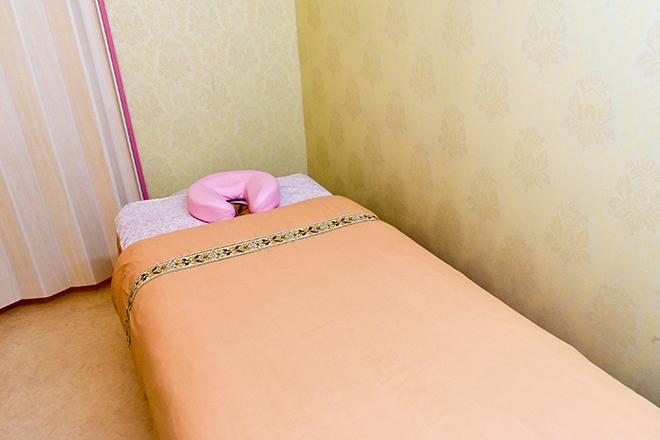 プリバード 新宿店 ピンクで統一したベッドでリラックス