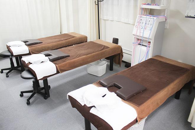 けい楽 ほぐし 茶色のマット&リネンを使った3台のベッド