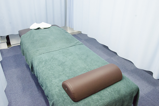 シンプルで落ち着ついた施術ベッド