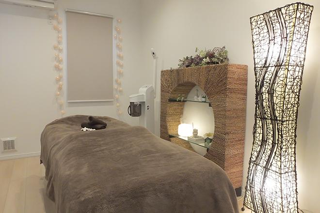 ハピネス(Happiness) 完全個室、シンプルな施術台でお迎えします