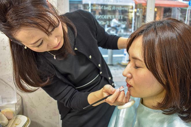 フローラ 表町店 元美容部員のスタッフがメイクをします