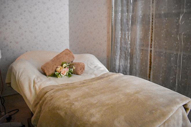 フローラ 表町店 カーテンで仕切った広めのベッドでフェイシャルを