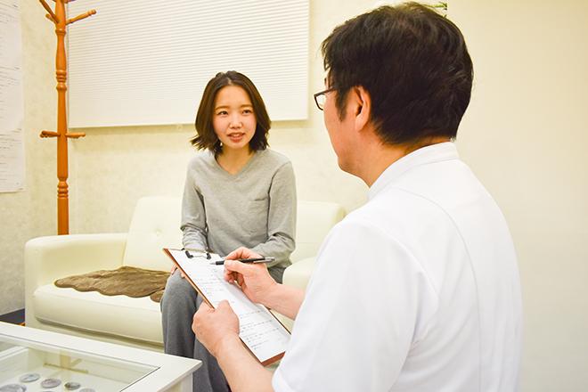 かん健康整体院 施術前に身体の状態をお聞きしていきます。