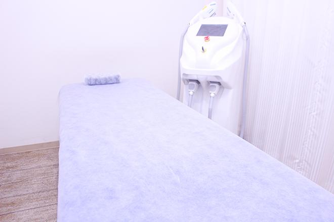 シンプルで清潔感あふれる施術台