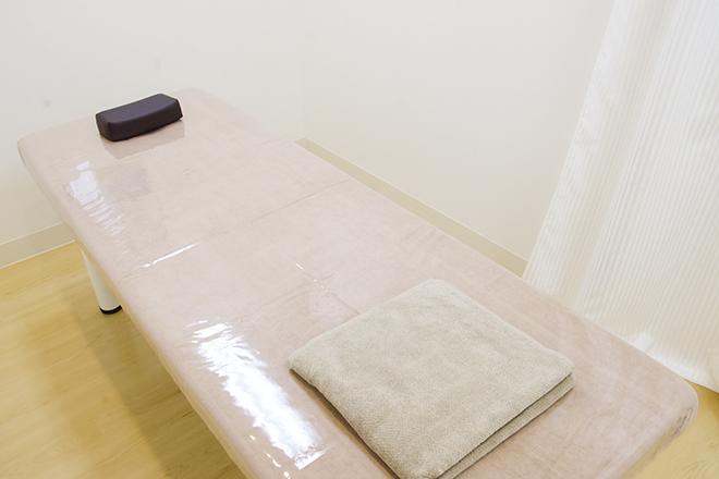 ストラッシュ 横浜アネックス店(STLASSH) シンプルで清潔感あふれる施術台