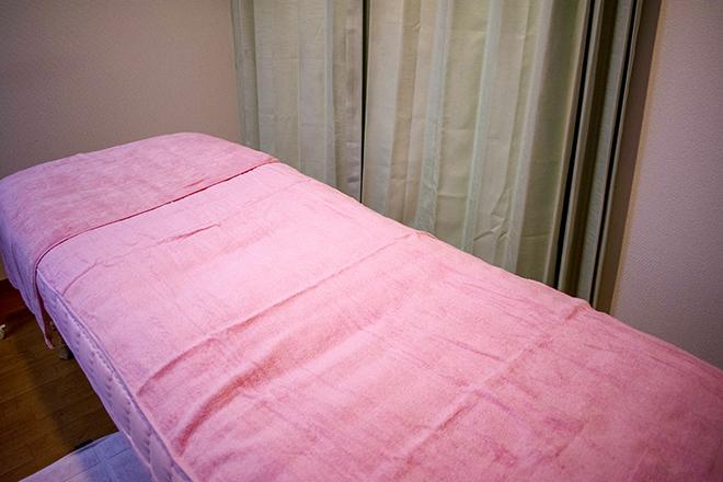 エキナセア ヒートマットを敷いたベッドの上で施術