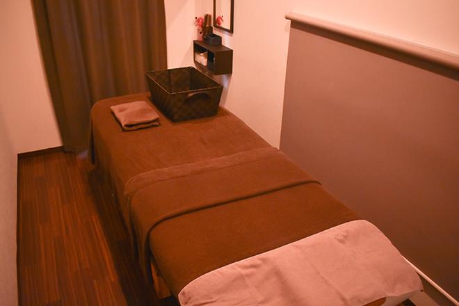 TEATEYA 壁で仕切られた施術スペースと低反発ベッド