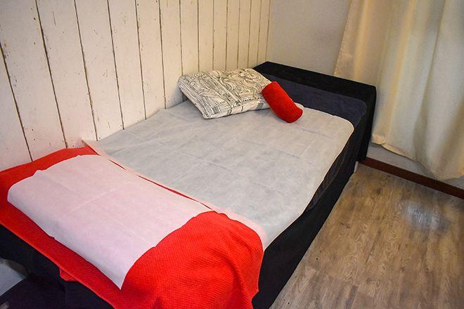 CouLeur 赤×白のリネンを使った清潔なベッドです