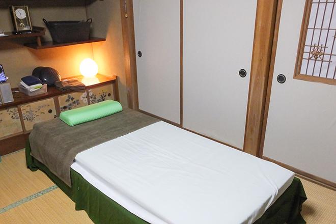和テイストの広々とした施術ベッド