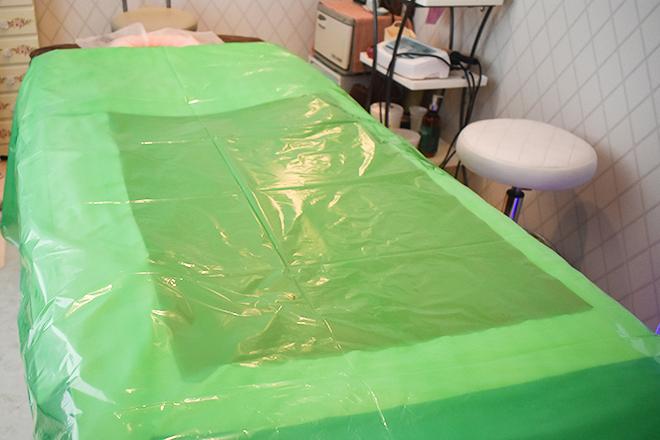 フォルティシモ ビューティ・リラックス 岩盤浴の施術台で発汗を促します
