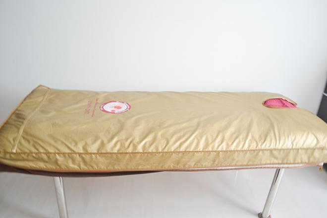 Face & Body Studio 岩盤マットの敷かれた 施術ベッド