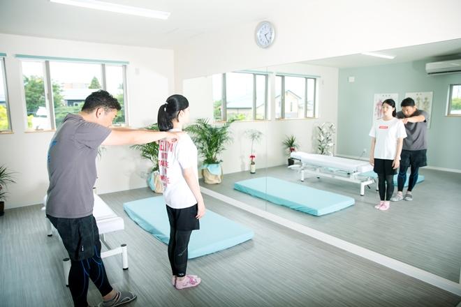 カイロプラクティック しみず 姿勢のチェック、施術、トレーニングスペース