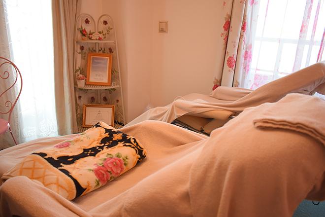 ヒーリング(Healing) チェアが1台とベッドが1台ございます