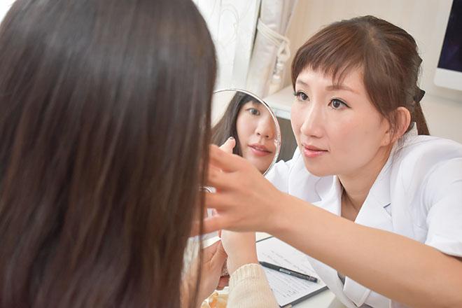 ビジュー(小顔とメイクbijoux) 鏡を見ながら