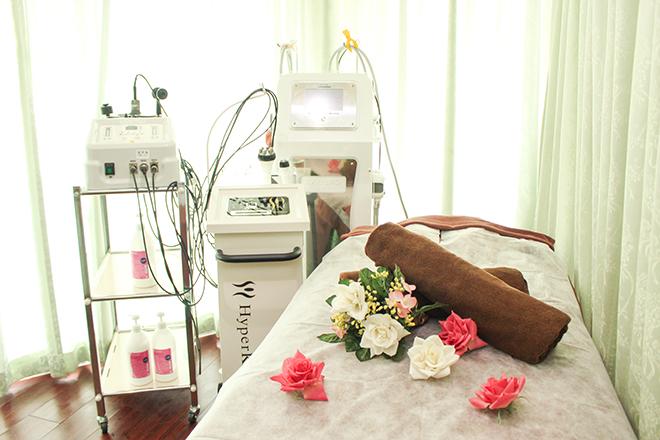施術ベッドと多彩なマシンが豊富なサロン