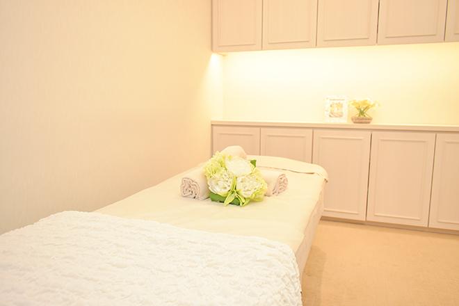 ホリスティック キュアーズ(Holistic CURES) 完全個室でホテルの一室のように寛げる施術台