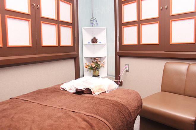 フォルテ 茶色ベースの清潔感がある施術スペース
