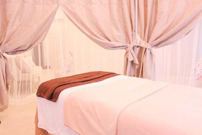 寝心地が良いベッドがある広々施術スペース