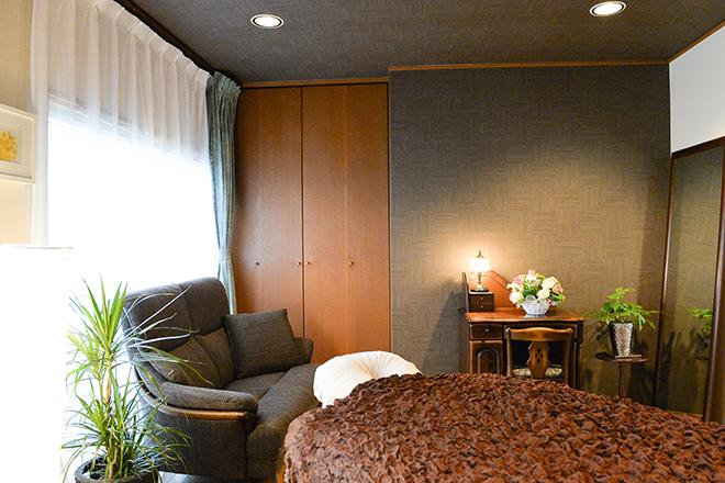 ふかふかベッドが快適の空間で施術いたします