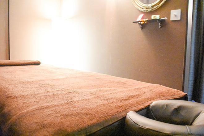 アロマガーデン 照明やBGMが癒される空間に、大きめベッド