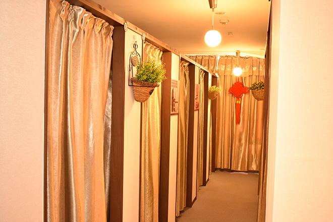千の手 銀座店 爽やかなグリーンが花を添えるプライベート空間
