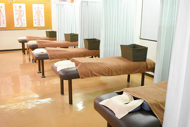 半個室とカーテン仕切りの施術スペース