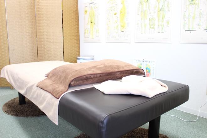 日野の杜 整体院 明るく清潔なベッド