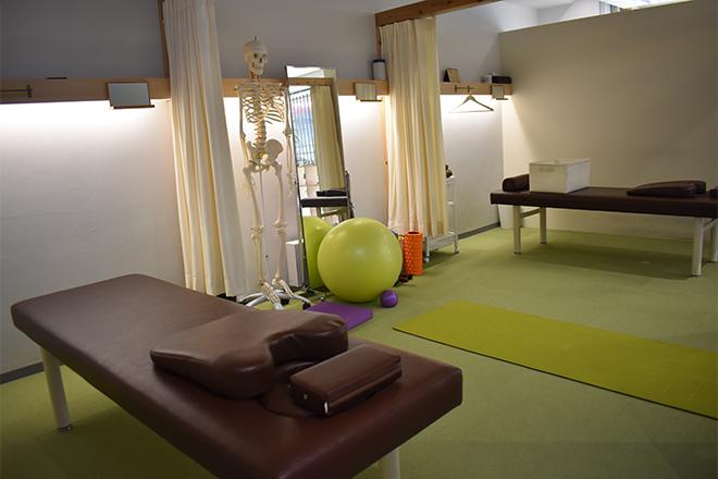 リアーク整体院 カーテンで仕切れる施術スペース