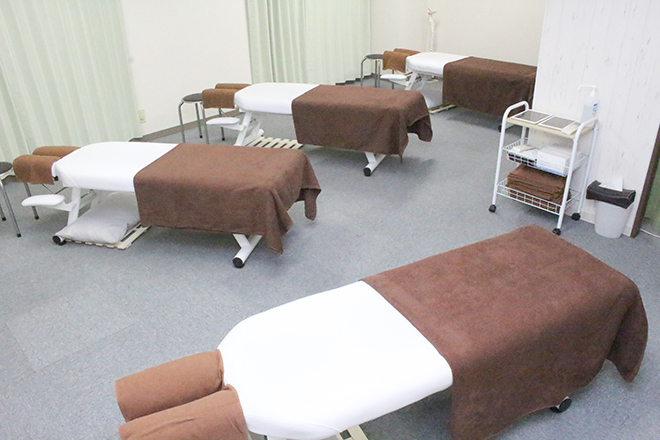 J'sメディカル整体院 新横浜院 ベッド4台☆開放的な空間