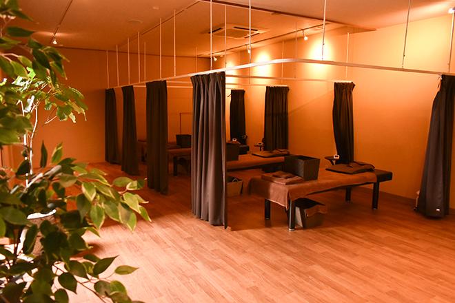 ほぐし本舗 嘉麻店 広々として、落ち着いた雰囲気の施術スペース
