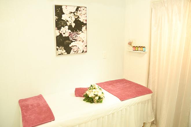 AQUA BEAUTY お花の絵や小物を飾った、可愛らしい空間♪