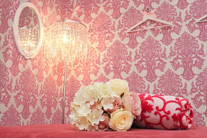 Salon de Mei サロン内は暖色系の照明で統一