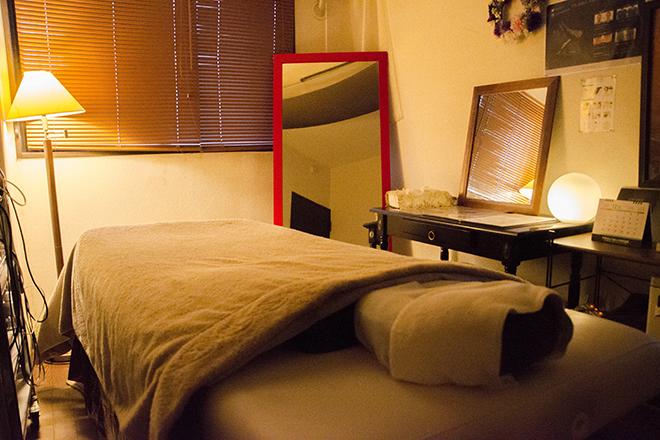 サロン ネクスト 間接照明を飾った、暗めでぬくもりのある完全個室